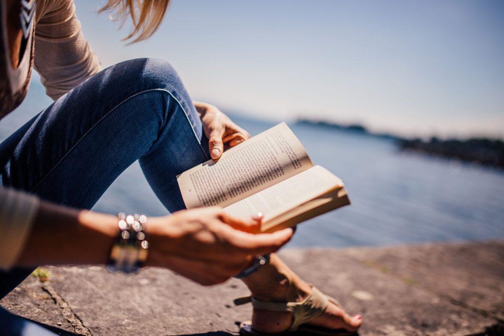 Čítanie knihy vonku